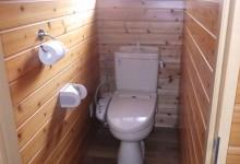 トイレは水洗、洗浄機付き